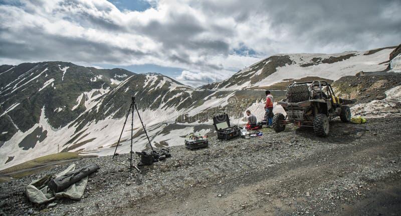 Дефектные горы управляя на дороге с крайностью снега стоковые изображения