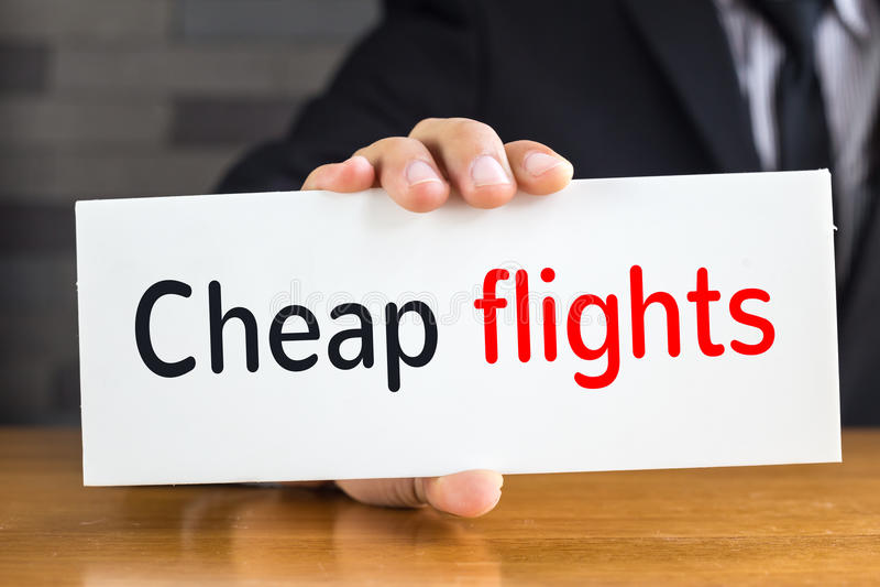 Дешевые полеты, сообщение на белой карточке и владение мимо стоковые изображения rf