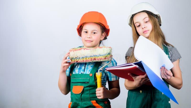 Деятельности при улучшения дома Будущая профессия Девушки детей планируя реновацию Сестры детей бегут реновация их стоковые фотографии rf