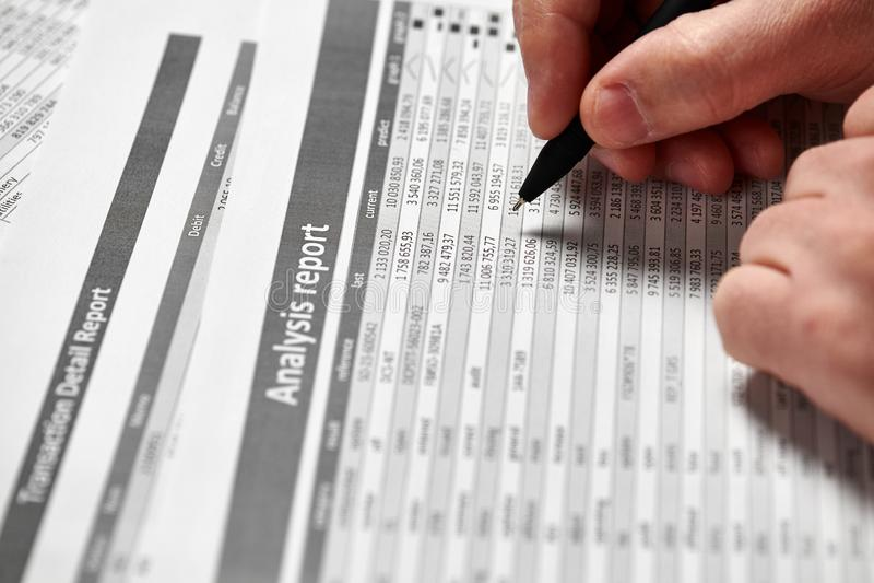 Деятельность бизнесмена и финансы высчитывать концепция финансового учета дела руки крупного плана стоковое фото rf
