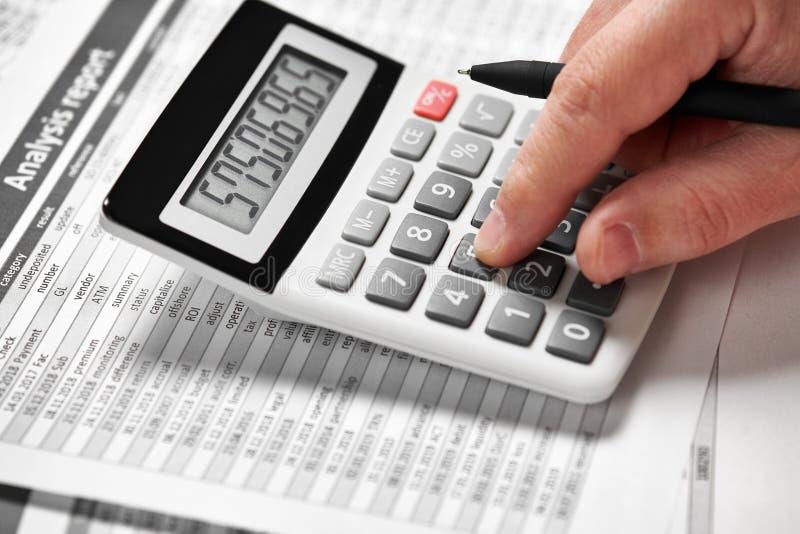Деятельность бизнесмена и финансы высчитывать концепция финансового учета дела руки крупного плана стоковая фотография