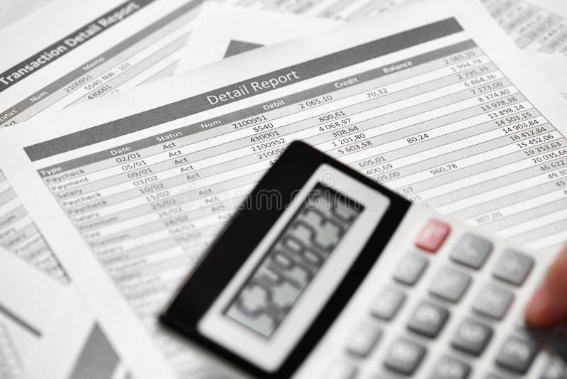 Деятельность бизнесмена и финансы высчитывать концепция финансового учета дела руки крупного плана стоковые изображения rf