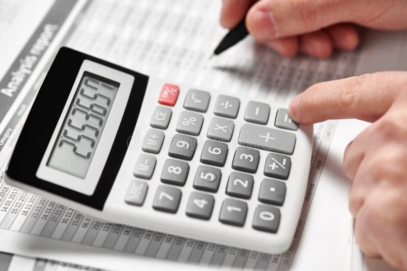 Деятельность бизнесмена и финансы высчитывать концепция финансового учета дела руки крупного плана стоковое фото