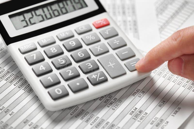 Деятельность бизнесмена и финансы высчитывать концепция финансового учета дела руки крупного плана стоковая фотография rf