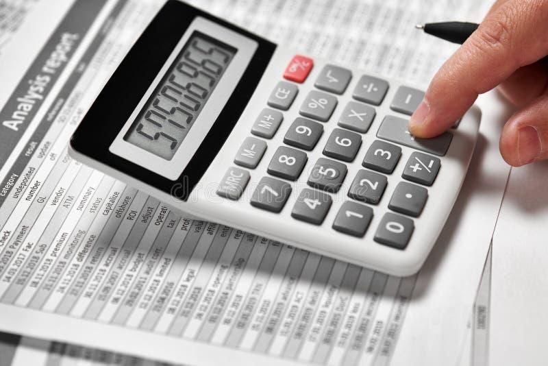 Деятельность бизнесмена и финансы высчитывать концепция финансового учета дела руки крупного плана стоковое изображение rf