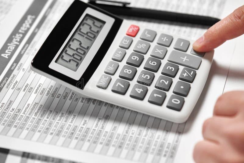 Деятельность бизнесмена и финансы высчитывать концепция финансового учета дела руки крупного плана стоковые изображения