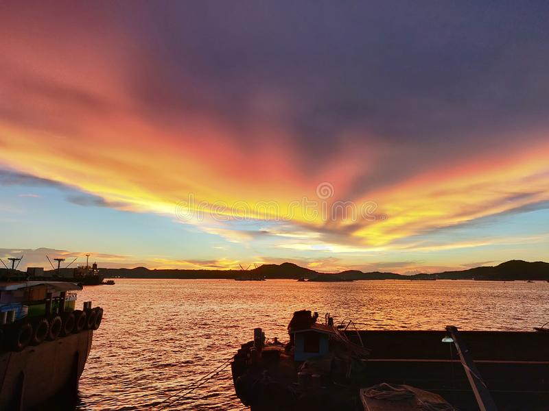 Деятельность лихтера или баржи ждать в заходе солнца, HDR стоковая фотография