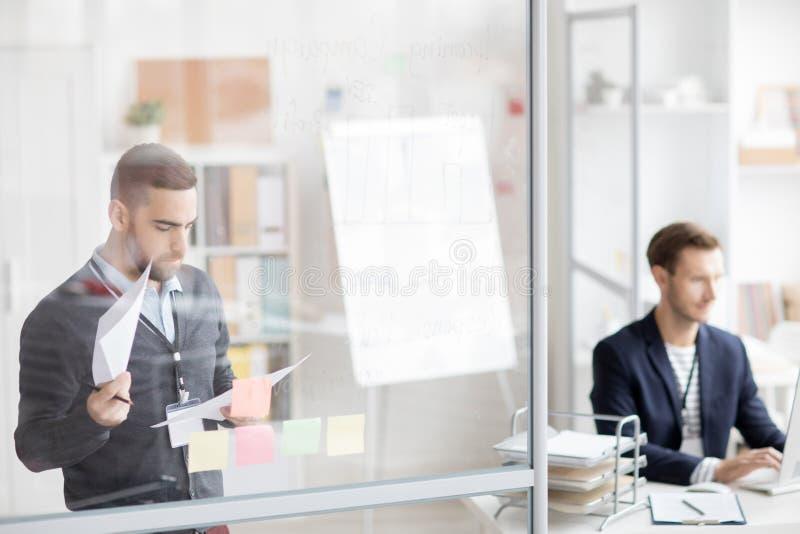 Деятельность 2 людей в офисе стоковое изображение rf