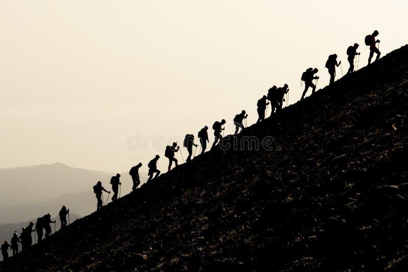 Деятельность при альпинизма и гармоничная команда совместно стоковые изображения rf