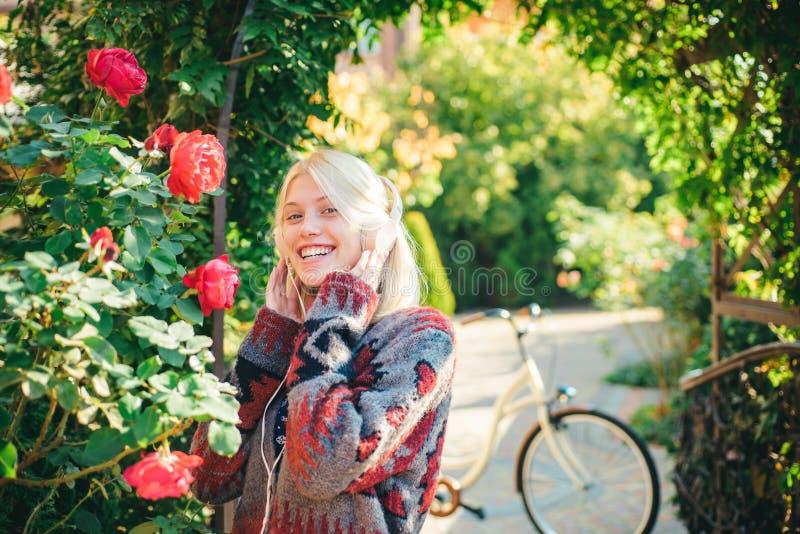 Деятельность при выходных Активные отдых и образ жизни Велосипед езды девушки ради веселья Блондинка насладиться ослабляет в парк стоковая фотография rf