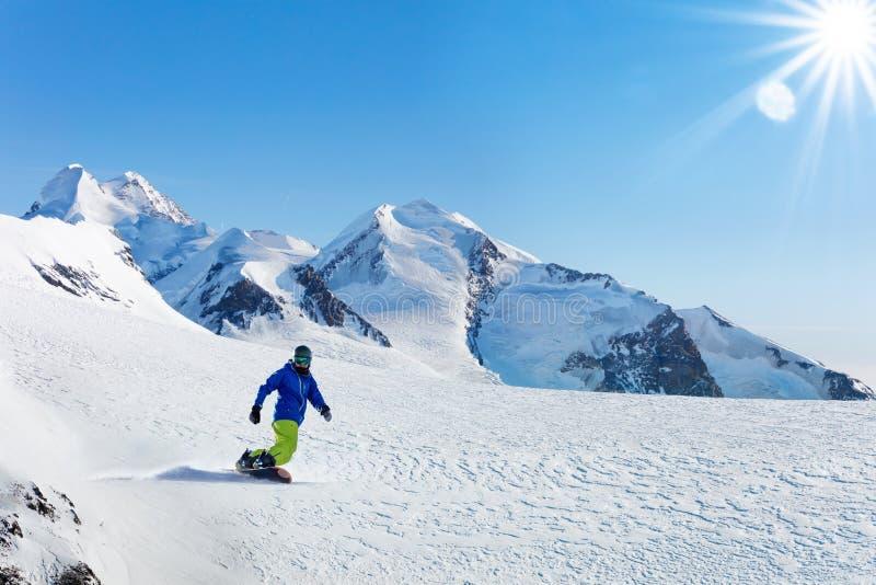 Деятельность при сноубординга зимы на солнечный день в Альпах стоковое фото