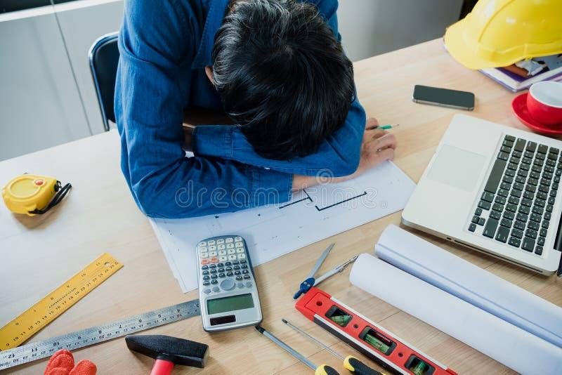 Деятельность стресса страдания человека инженера стоковые фото