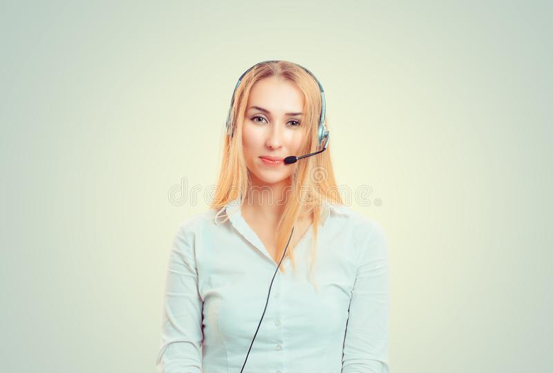 Деятельность шлемофона женщины нося как оператор стоковое изображение