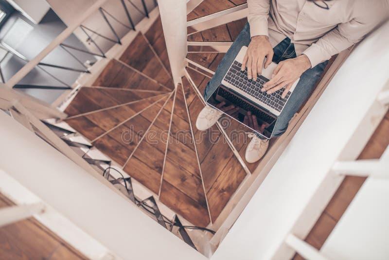 Деятеля на конце-вверх лестниц стоковое изображение rf