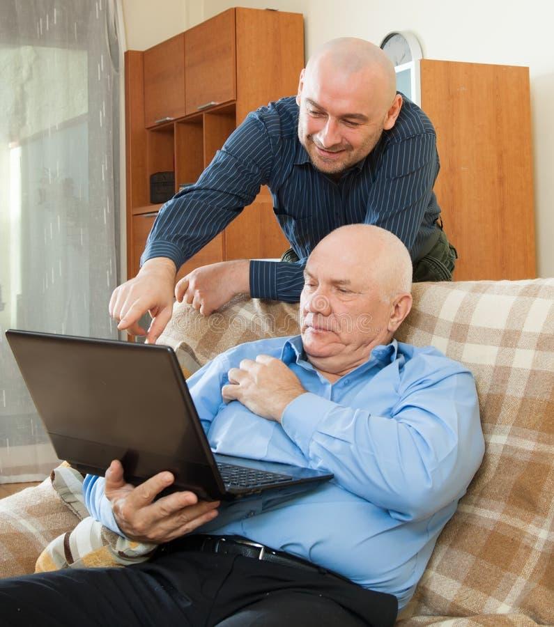 Download Деятельность зрелого и старшего человека Стоковое Изображение - изображение насчитывающей приятельство, люди: 37925707