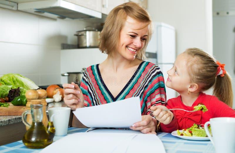Деятельность матери и еда девушки стоковые фотографии rf