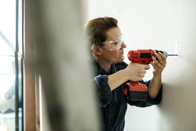 Деятельность разнорабочего подрядчика и отвертка использования стоковая фотография rf