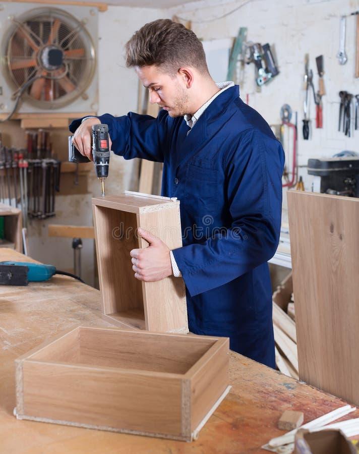 Деятеля практикуя его искусства в делать ящик на мастерской стоковая фотография rf