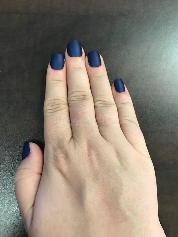 Деланные маникюр голубые ногти стоковые изображения rf