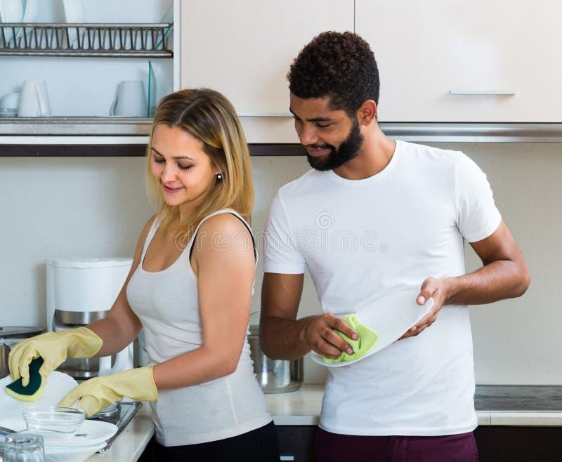 Делать девушки порции супруга очищает вверх стоковые изображения rf