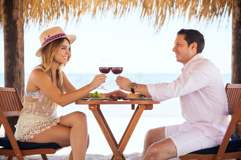 Делать здравицу с вином на пляже стоковое изображение rf
