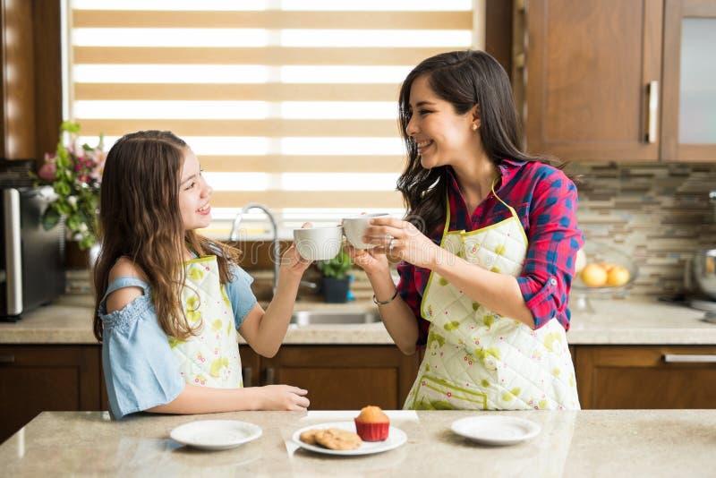 Делать здравицу с кофе стоковые изображения rf