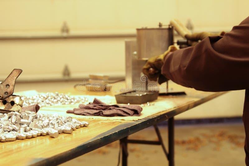 Делать перезаряжая пули в домашнем магазине стоковое изображение rf