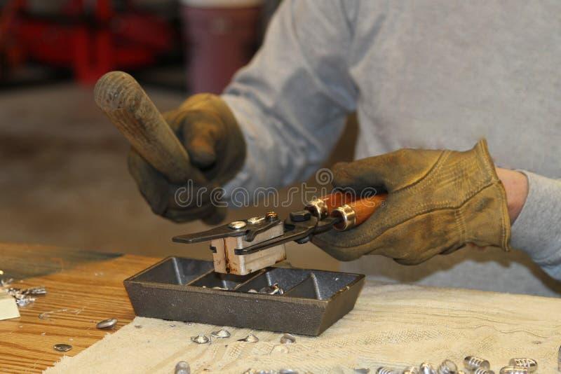 Делать перезаряжая пули руководства в домашнем магазине стоковое фото