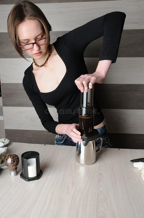 Делать свежий кофе в Aeropress стоковое изображение rf