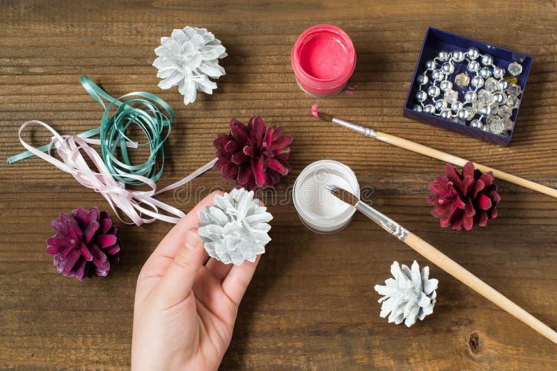 Делать украшения рождества от конусов сосны Раздел 3 стоковая фотография