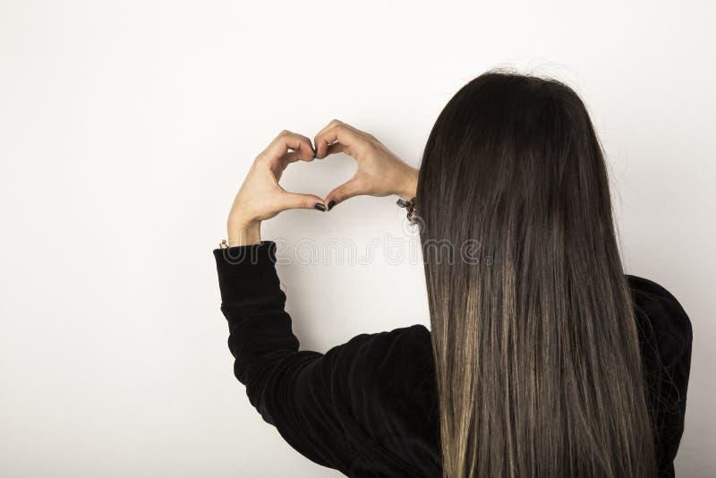 Делать форму сердца руками стоковые фото