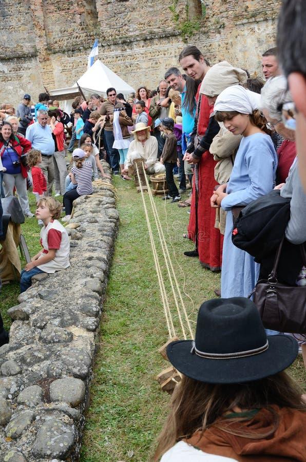 Download Делать шнур на фестивале исторического Reenactment Редакционное Стоковое Изображение - изображение насчитывающей празднество, старо: 33737284