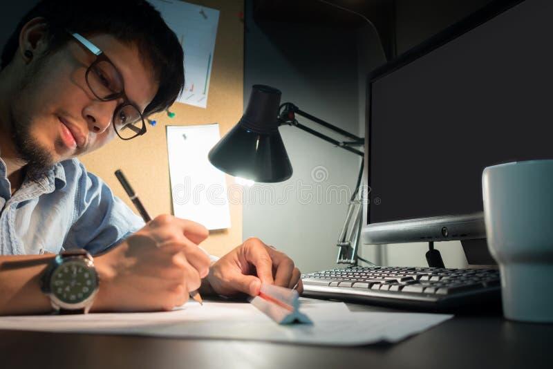 Делать эскиз к идеям карандашем на бумаге стоковые изображения rf