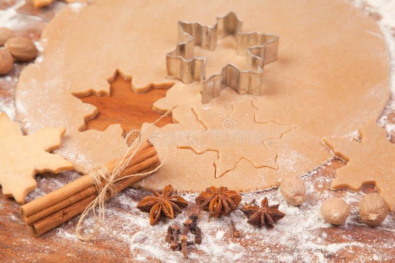 Делающ имбирь обвалять печенья в сухарях рождества стоковое изображение rf