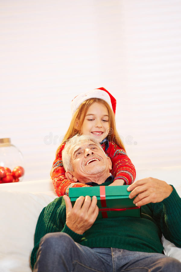 Дед девушки обнимая на стоковые фото