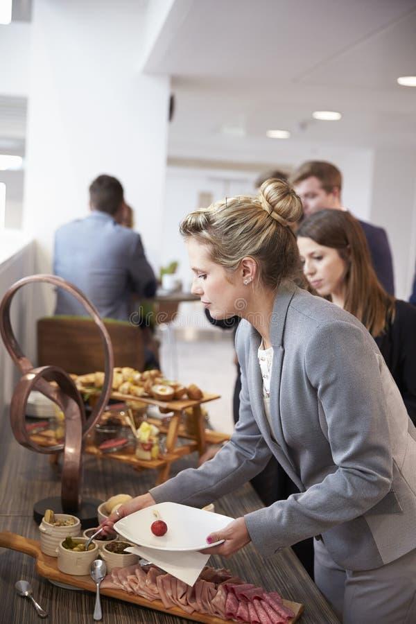 Делегаты на шведском столе обеда во время пролома конференции стоковые фотографии rf
