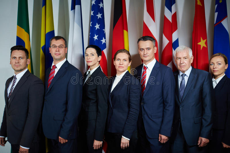 Делегаты представляя для официального фото стоковое фото rf