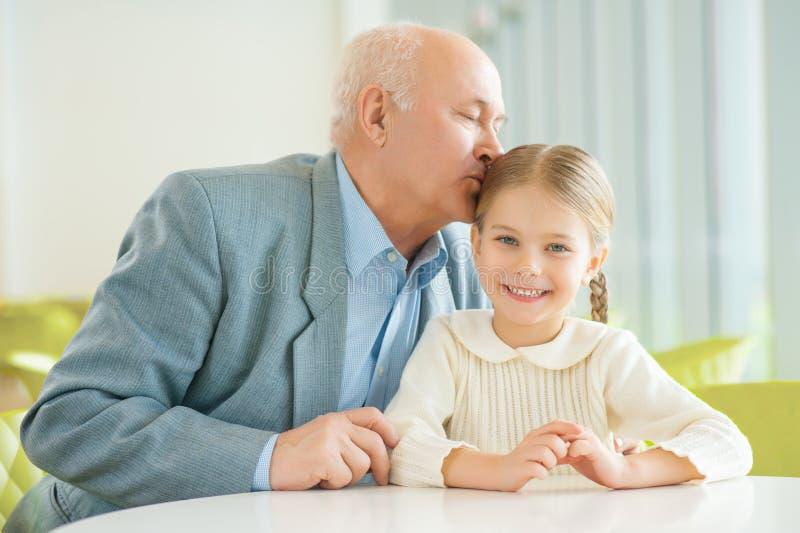 Дед целует внучку