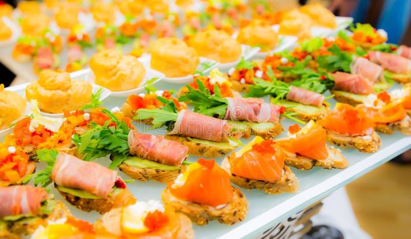 Деликатесы и закуски в шведском столе Морепродукты Торжественный прием banting стоковое изображение