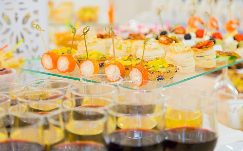 Деликатесы и закуски в шведском столе Морепродукты Торжественный прием banting стоковое фото rf