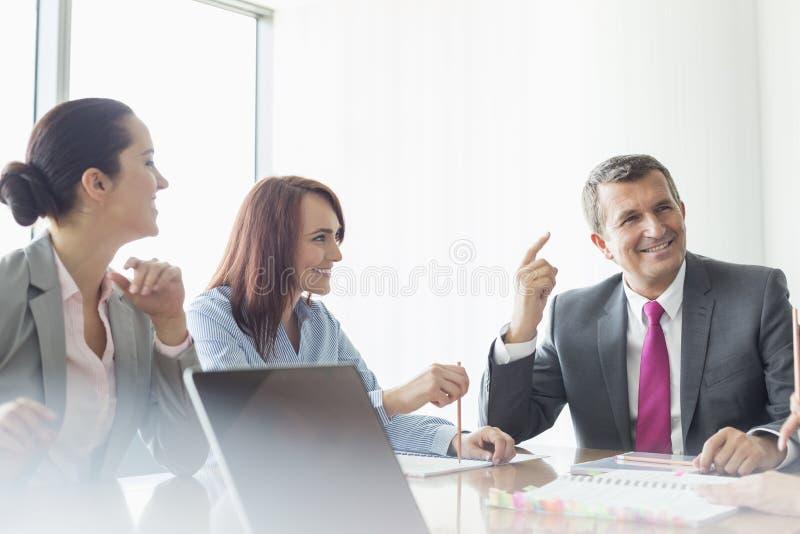 Деловая встреча в зале заседаний правления стоковое изображение rf