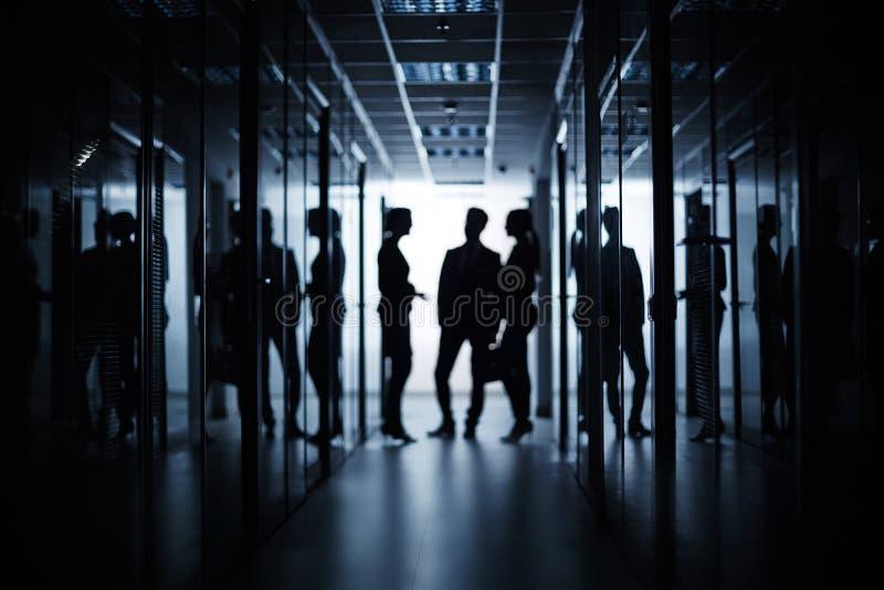 Деловая встреча в коридоре стоковая фотография