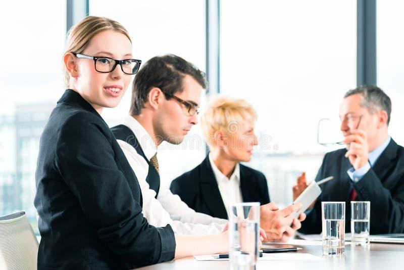 Download Деловая встреча в офисе, люди работая с документом Стоковое Фото - изображение насчитывающей старше, книжка: 40585868