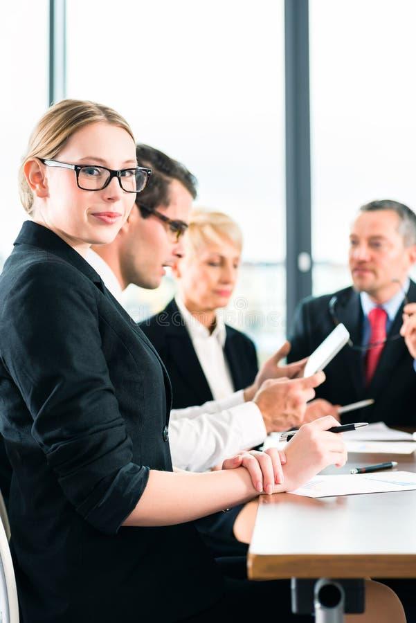 Download Деловая встреча в офисе, люди работая с документом Стоковое Фото - изображение насчитывающей консультант, сотрудничество: 40585876