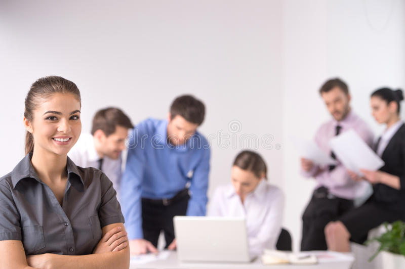 Деловая встреча - менеджер обсуждая работу с его коллегами стоковое фото
