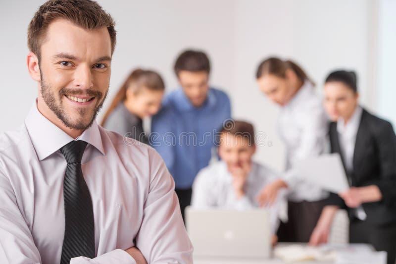 Деловая встреча - менеджер обсуждая работу с его коллегами стоковая фотография rf