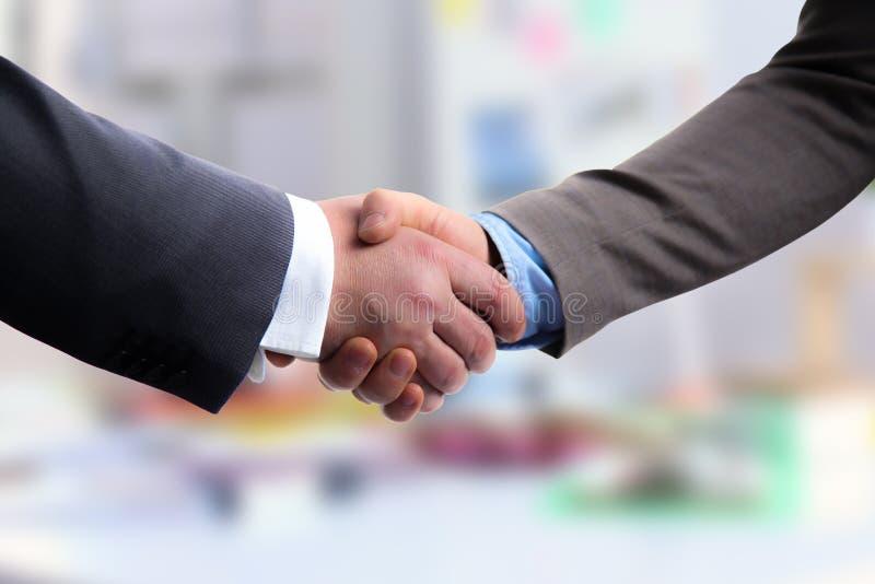 Деловая встреча по окончание рук таблицы тряся контракта стоковое фото