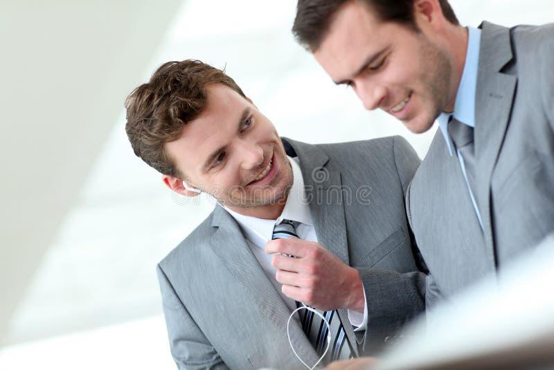 Деловые партнеры встречая и работая стоковое изображение