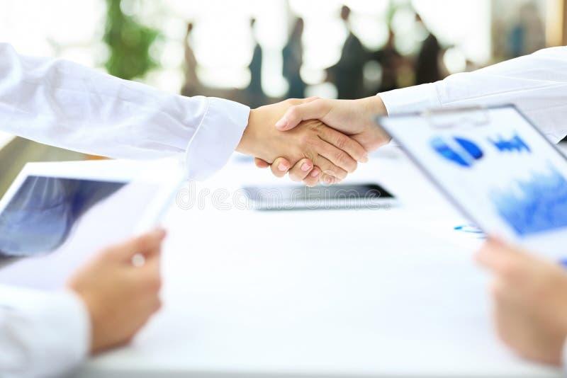 Деловые партнеры рукопожатия после заключения успешного c стоковая фотография
