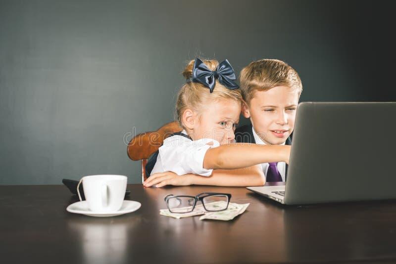 Дело или школа ягнятся пользы портативный компьютер стоковые фотографии rf